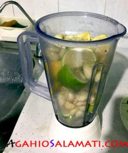 سیر و لیمو ی تکه تکه شده در مخلوط کن برای عمل میکس
